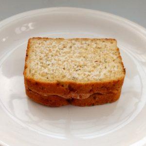 Sanduíche de queijo vegano com tomate seco