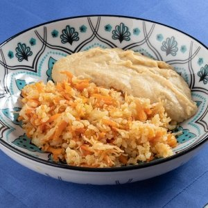 Homus com arroz aletria