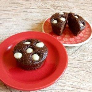 Bolinho de chocolate com gotas de chocolate brando