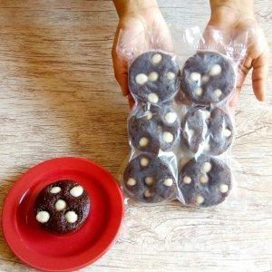 Pacote de bolinhos de chocolate com gotas de chocolate branco