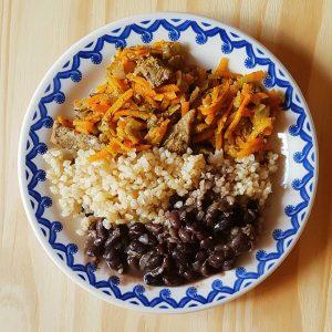 Iscas de carne com arroz integral, feijão preto e cenoura